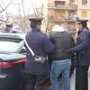 Picchiava i passanti con calci e pugni, ferito anche il capostazione, preso dai carabinieri
