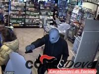 I fotogrammi della rapina alla farmacia Bricco