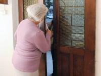 Si fingono vigili urbani e rubano in casa di due anziani