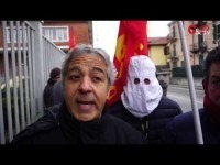 VIDEO | Pinerolo, manifestazione di protesta davanti alla Pmt: i lavoratori indossano i cappucci bianchi