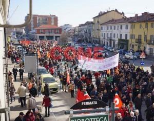 VIDEO | Non solo i lavoratori della Pmt, ma anche tanti pinerolesi alla manifestazione