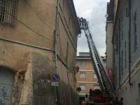Cadono delle tegole dal tetto del vecchio carcere