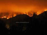 In val Susa le fiamme circondano i vigili del fuoco e Aib. Ora salvi
