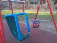 Arrivano le altalene per i bambini con disabilità nel parco giochi di via Diaz a Pinerolo