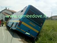 Oggi pomeriggio a Cercenasco un autobus con studenti è finito fuori strada