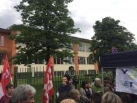 LE FOTO-La protesta di genitori e insegnanti davanti alla scuola Silvio Pellico di Pinerolo