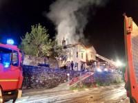 FOTO | Perrero incendio di un tetto vicino alla chiesa dei Trossieri