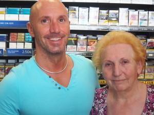 Silvana Raimonda con il figlio Dario nella tabaccheria