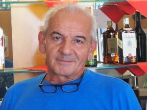Francesco Manavella, nel suo bar in via Nazionale