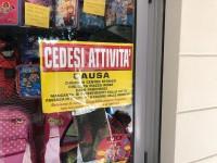 """""""Cedesi attività causa Ztl"""" è il provocatorio cartello di protesta apparso in alcuni negozi di Pinerolo"""