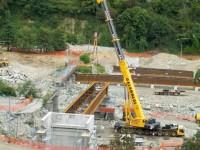 Torre Pellice: al ponte della Bertenga collocati i travi di collegamento fra le due sponde
