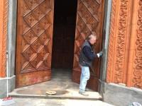 Subito ripulito il portale del Duomo di Pinerolo