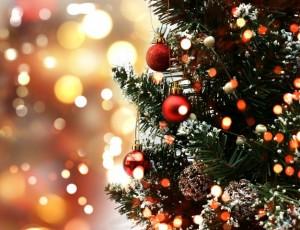 albero-di-natale-con-decorazioni-su-uno-sfondo-bokeh-luci_1048-3370