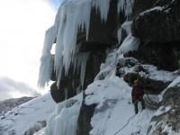 Ancora una vittima in montagna, alpinista precipita mentre scala una cascata ghiacciata