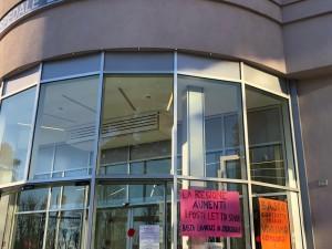 I cartelli di protesta all'ospedale di Pinerolo