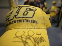 Lo staff di Valentino Rossi consegna berretti e cappellini ai bambini ricoverati in pediatria negli ospedali di Pinerolo e Rivoli