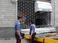 Piscina, arrivano i carabinieri e sventano il furto del bancomat
