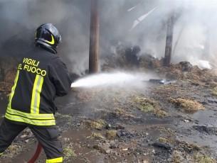 In fiamme un fienile  a Villafranca Piemonte