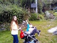 L'unica famiglia che  abita nel borgo alpino Lou Donn festeggia la nascita di Enea