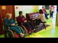 VIDEO | Le note del pianoforte riempiono di musicalità l'atrio dell'ospedale Agnelli di Pinerolo