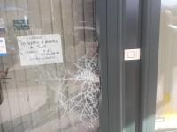 Airasca, con un martello distrugge una vetrina e spacca il finestrino di un'auto