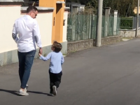 Un cantautore Enrico Peyretti racconta in musica al figlio il coronavirus