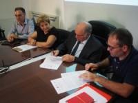 La firma del protocollo da destra Andrea Ferrato CGIL, Francesco Carcioffo Presidente CPE e Ad Acea Pinerolese Industriale SpA, Teresa Cianciotta UIL, Vittorio Di Vito CISL