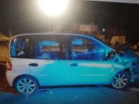 Due giovani feriti nell'auto che a Piscina sbanda e finisce contro lo spartitraffico in cemento