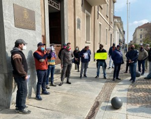 VIDEO | La protesta dei mercatali davanti al municipio di Pinerolo