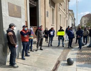 VIDEO | La protesta dei mercatali davanti al municipio di Pinerolo