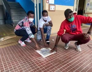 VIDEO | Una pietra d'inciampo all'Engim per non dimenticare le vittime delle migrazioni