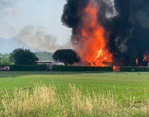 VIDEO | Incendio alla fabbrica di vernici di Roletto