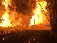 Le fiamme devastano un deposito di legname