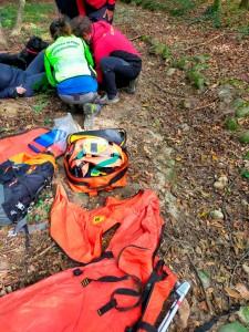 I tecnici soccorrono la donna caduta nei boschi