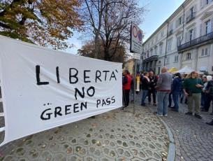 Pinerolo, la protesta davanti al Comune